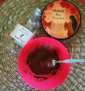 Maska z hamamelovej vody a ružovej pleťovej masky od Akamuti